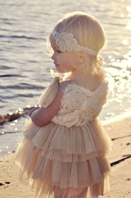 Foto do Site http://www.saphireeventgroup.com/blog/ringer-bearer-and-flower-girl-ideas-fashion-for-the-cutest-brida/